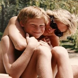 La Princesa Diana de Gales abrazando a su hijo el Príncipe Harry de Inglaterra
