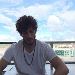 Quim Gutiérrez esperando en el aeropuerto de Nueva Delhi