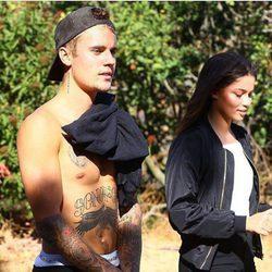 Justin Bieber pasea junto a una modelo en Hollywood