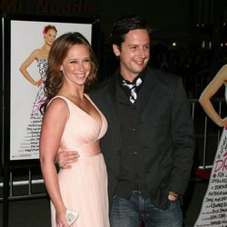 Ross McCall y Jennifer Love Hewitt en el estreno de '27 vestidos'