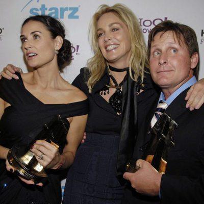 Demi Moore, Sharon Stone y Emilio Estévez en una entrega de premios