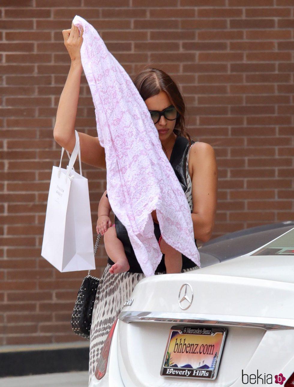 Irina Shayk ocultando a su bebé tras una manta