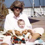 Lady Di con el Príncipe Harry en la cubierta de un barco