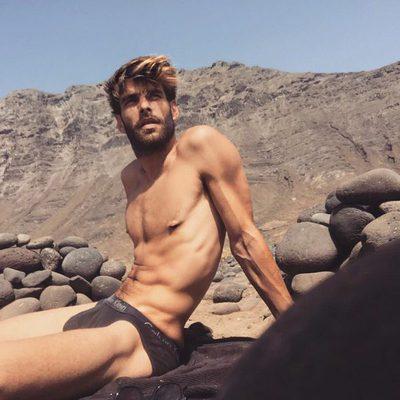 Jon Kortajarena luciendo cuerpo mientras descansa en una montaña rocosa