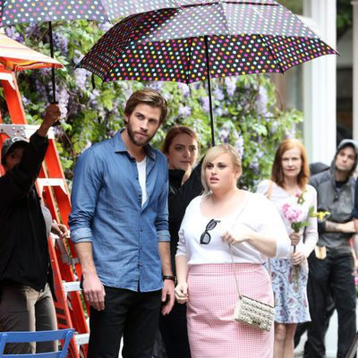 Liam Hemsworth y Rebel Wilson en el rodaje de 'No es romántico'