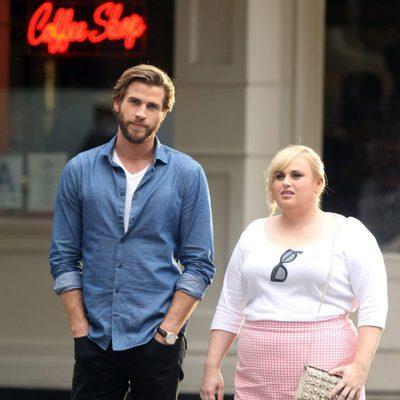 Liam Hemsworth con Rebel Wilson grabando su próxima película