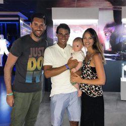 Rafa Nadal con Rudy Fernández, Helen Lindes y su hijo Alan