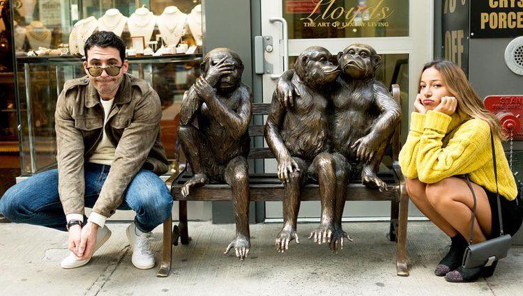 Miguel Ángel Silvestre y Albania Sagarra posan con unas estatuas de monos