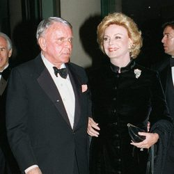 Frank Sinatra y Barbara Sinatra llegando a un evento