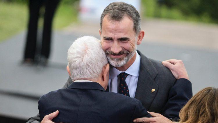El Rey Felipe abraza a Pasqual Maragall en la celebración de los 25 años de Barcelona 92