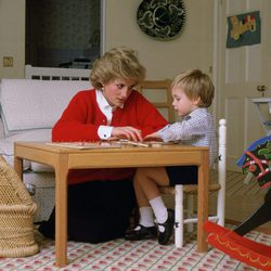 La Princesa Diana de Gales junto a su hijo Guillermo