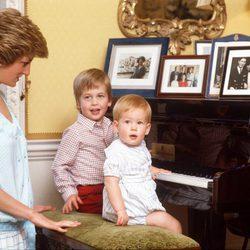 Lady Di con el Príncipe Guillermo y el Príncipe Harry cuando eran pequeños