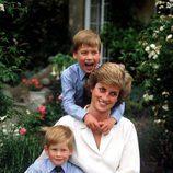 La Princesa Diana de Gales junto a sus hijos, Guillermo y Harry