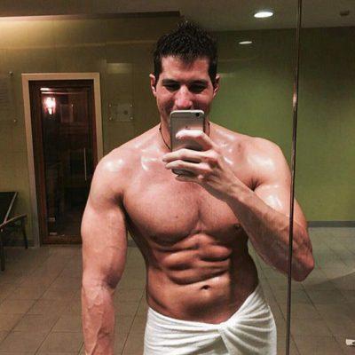 Julián Contreras Jr. muestra torso al salir de la ducha