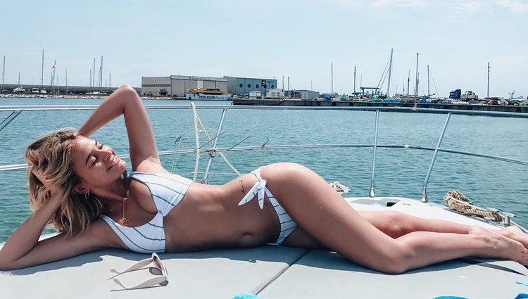 Laura Escanes luciendo cuerpazo mientras toma el sol en un barco