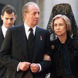 Los Reyes Juan Carlos y Sofía y el Rey Felipe en el funeral de la Condesa de Barcelona
