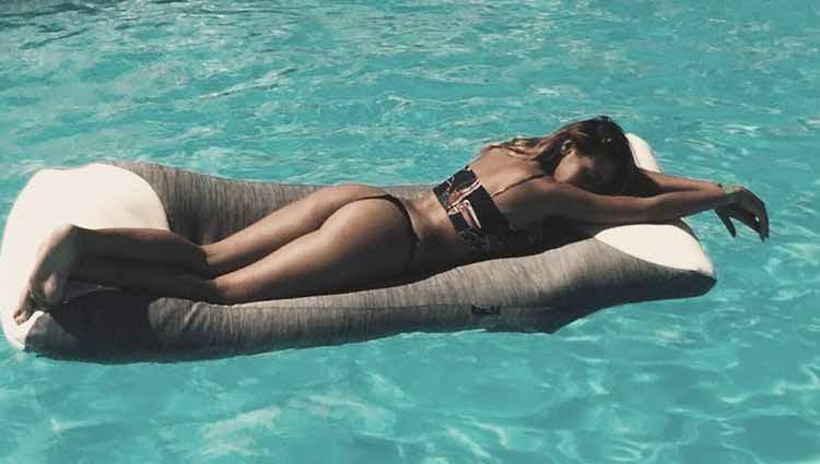 Steisy disfrutando de un día de piscina