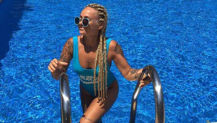 La tronista Nicol Hartman, Niki, posando muy sexy desde la escalera de la piscina