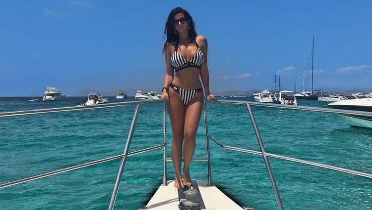 La tronista Lola Ortiz posando muy sexy en un barco en Formentera