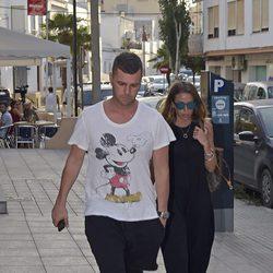 Fonsi Nieto y Marta Castro visitando a Ángel Nieto en el hospital