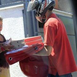 Andrea Janeiro recogiendo unas pizzas