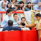 Gonzalo Caballero da su montera a Froilán en una corrida de toros