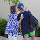 La Reina Sofía dando un beso a Froilán