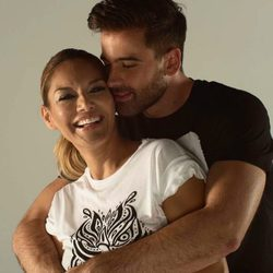 Ivonne Reyes y Sergio Ayala posando muy agarraditos