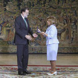 Mariano Rajoy entregando a María Teresa Campos la Medalla de Oro al Mérito en el Trabajo