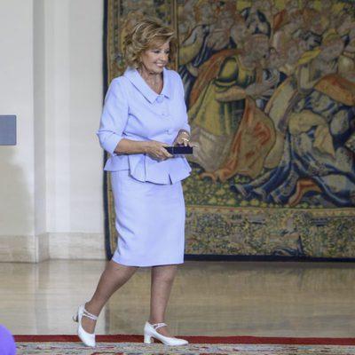 María Teresa Campos recogiendo la Medalla de Oro al Mérito en el Trabajo