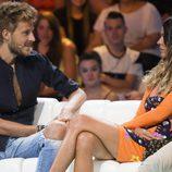 Laura Matamoros y Alejandro Caracuel mirándose fijamente durante el debate final de 'Supervivientes 2017'