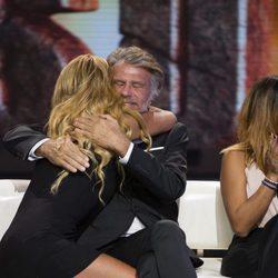 Bigote Arrocet y Leticia Sabater se abrazan en el debate final de 'Supervivientes 2017'