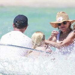 Tita Cervera, en una lancha con sus hijas Carmen y Sabina en Ibiza