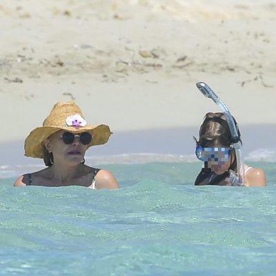 Tita Cervera y una de sus hijas dándose un baño en el mar en Ibiza