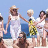 Tita Cervera con sus hijas Carmen y Sabina en una playa de Ibiza