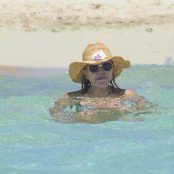 Tita Cervera dándose un baño en Ibiza