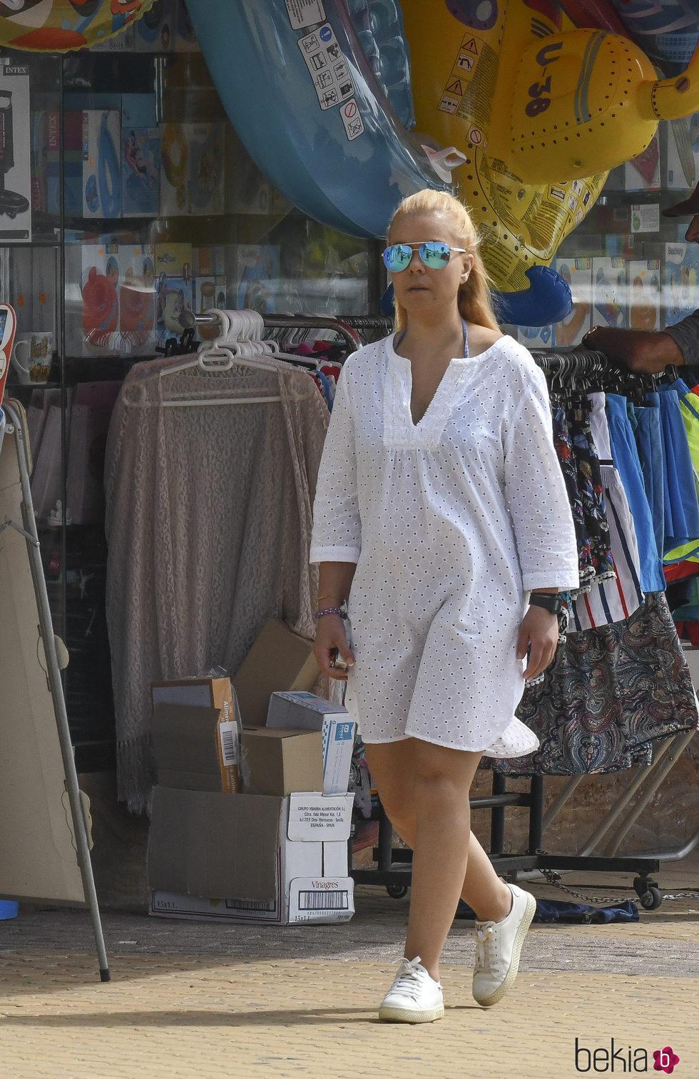 María José Campanario fuera de la clínica dando un paseo