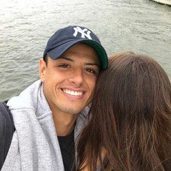 Javier 'Chicharito' Hernández posando con una misteriosa mujer