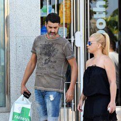 Jesulín de Ubrique y María José Campanario a la salida de una farmacia