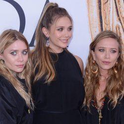 Elizabeth, Mary-Kate y Ashley Olsen posando