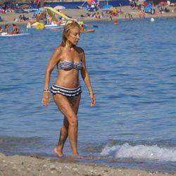 Carmen Lomana paseando por la playa en Marbella