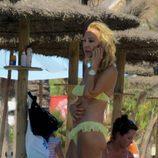 Carmen Lomana habla por el móvil en la playa