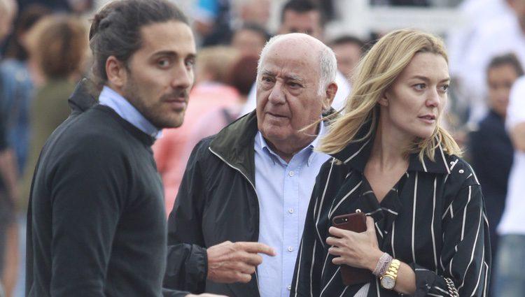 Amancio Ortega junto a su hija Marta Ortega y su novio Carlos Torretta