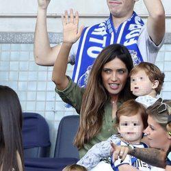 Sara Carbonero con sus hijos Martín y Lucas apoyando a Iker Casillas
