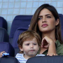 Sara Carbonero apoya a Iker Casillas desde las gradas con Lucas