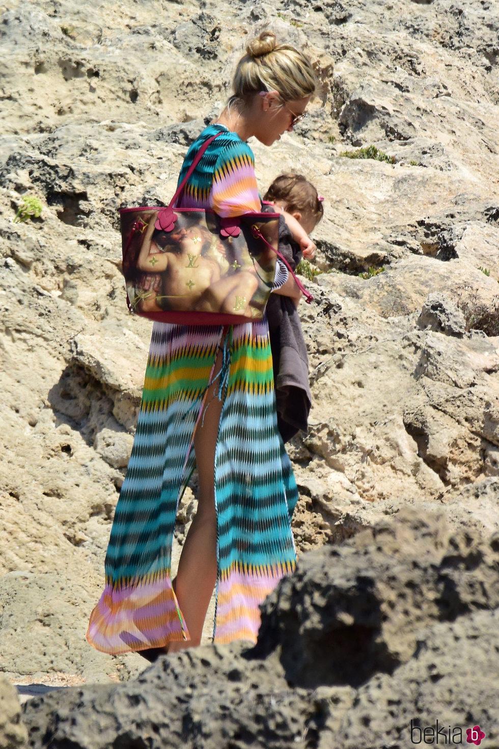 Carla Pereyra paseando por Formentera