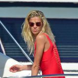 Carla Pereyra luciendo bañador rojo en Formentera