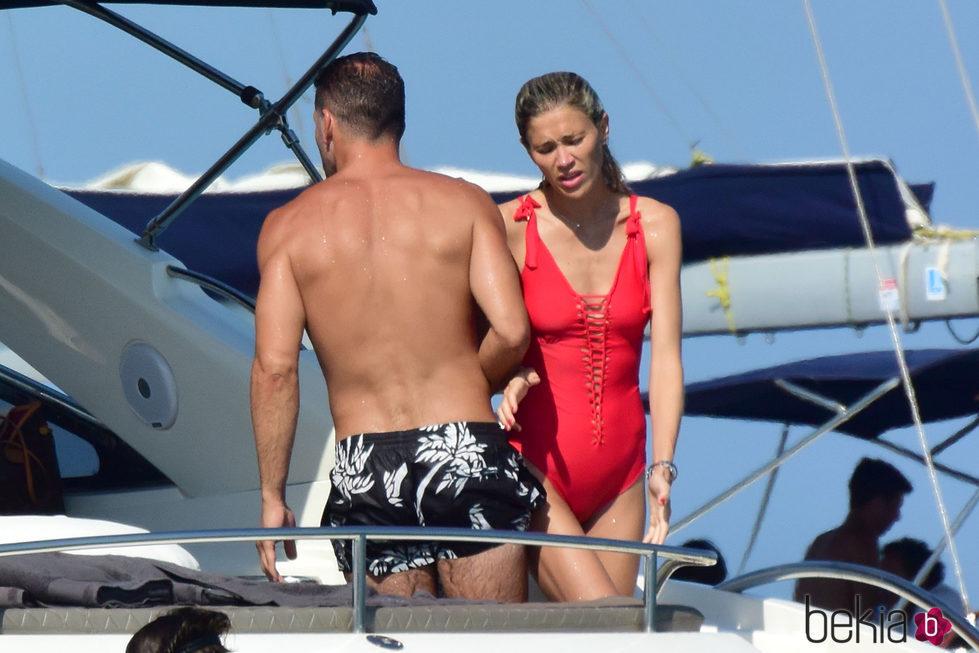 Simeone y Carla Pereyra refrescándose en Formentera