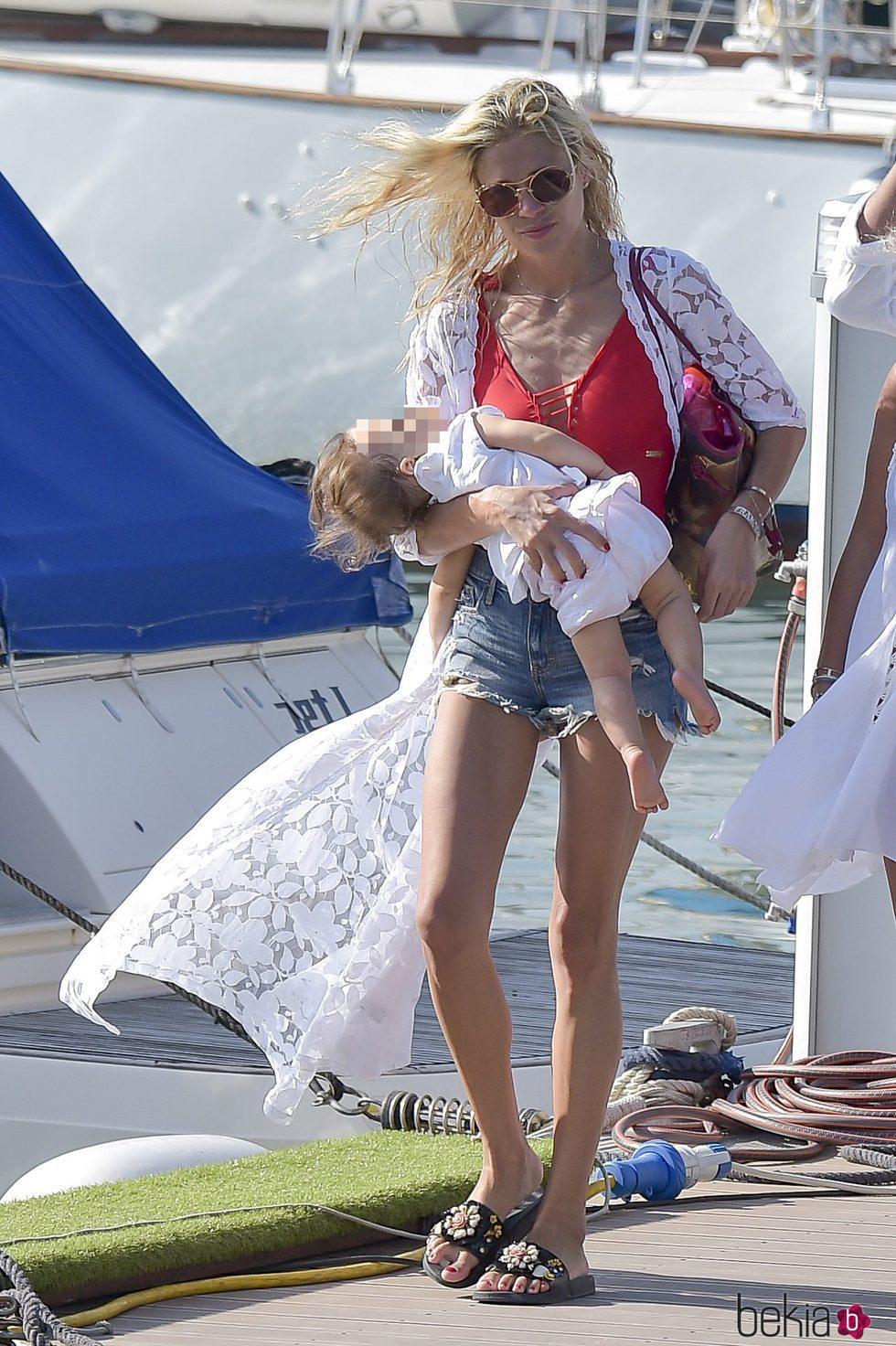 Carla Pereyra paseando por las calles de Formentera junto a su hija