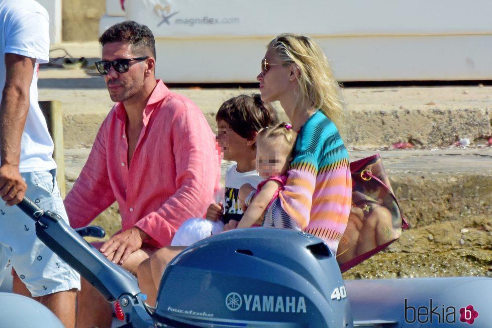 Diego Simeone y Carla Pereyra con Francesca Simeone en Formentera